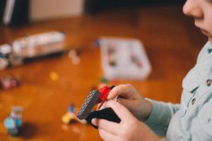 レゴをする少年