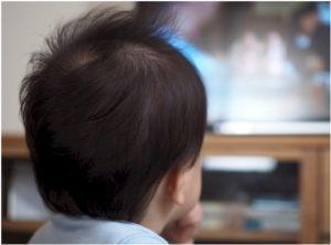 テレビを見る子